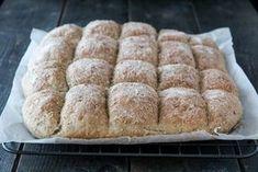 Langpannebrød er enkelt å lage, og er kjempepopulært hos både store og små. Brødet er ypperlig frokost- eller matpakkebrød, og smaker også godt til for eksempel supper og gryteretter. Prøv det du også!