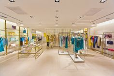Concept store Liu Jo Singapore The alternation between gold, steel and wood, and the presence of semi-transparent screening contributes to creating balanced subdivisions between different shopping areas, making for a more suggestive shopping mood.