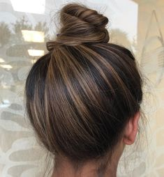 Stylish top bun amp updo styles for stylish women 2019 See here and be inspired . - Hair and beauty Stylish top bun amp updo styles for stylish women 2019 See here and be inspired . - Hair and beauty Soft, shiny, silky. Brown Hair Balayage, Ombre Hair, Brunette Hair Color With Highlights, Highlights Dark Brown Hair, Brunette Hair Colors, Long Brunette Hair, Blonde Hair, Brown Hair Foils, Dark Highlighted Hair