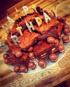 Image result for chocolate brownie birthday cake Chocolate Brownies, Cake Decorating, Birthday Cake, Party Ideas, Cheese, Decoration, Simple, Food, Chocolate Chip Brownies
