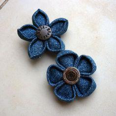 džínové kytičky na přání Brož skládaná, šitá a lepená japonskou technikou kanzashi ze středně modré džínoviny, dozdobená originálním džínovým knoflíkem. Průměr kytičky 5 cm. Kytička je z rubu začištěná měkkým fleecem a opatřená spínacím špendlíkem. Přestože kytička vypadá křehce, je dostatečně pevná Uvedená cena je za 1 kus