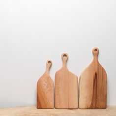 London Plane Boards from London-based Hampson Woods, made from a London plane tree and finished with olive oil. via Remodelista Wood Chopping Block, London Plane Tree, Wood Cutting Boards, Chopping Boards, Wooden Boards, Serving Board, Finding A House, Hand Carved, Handmade