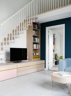 Rom over garasjen er en god idé - Interiørtips - ifi. Living Room Under Stairs, Space Under Stairs, Living Room Tv, Tv Unit Design, Tv Wall Design, Modern Tv Cabinet, Cabinet Under Stairs, Interior Stairs, Staircase Design