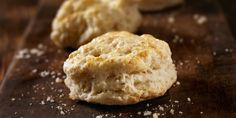 This vegan biscuit recipe is quick and easy and uses just 5 simple ingredients to make classic biscuits. Top your vegan biscuits with a homemade vegetarian gravy. Biscuits Au Four, Biscuits Végétaliens, Breakfast Biscuits, Angel Biscuits, Homemade Biscuits, Buttermilk Biscuits, Wheat Biscuits, Baking Biscuits, Fluffy Biscuits