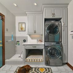 Latest From Houzz: Tips From the Experts Un endroit pour le chien dans la salle de lavage.