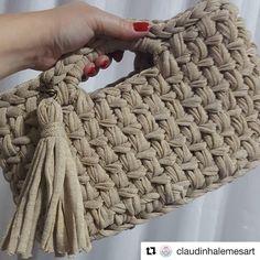 Olha que graça essa 👜 esse fio tem um brilho😍😍 ideal p uma festa 😍. A bolsa sucesso Crochet Clutch, Crochet Handbags, Crochet Purses, Crochet Diy, Love Crochet, Finger Knitting, Hand Knitting, Crochet Stitches, Crochet Patterns