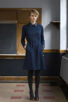 minimalist knee-length blue dress with pockets, by thom dolan Style Simple, My Style, Preppy Style, Grey Tights, Smart Dress, Inspiration Mode, Navy Dress, Dress Me Up, Well Dressed