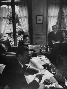 Jean Paul Sartre, Simone de Beauvoir and Saul Steinberg at Sartre's Home in Paris Premium-Fotodruck von Gjon Mili - AllPosters.at