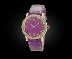 BVLGARI BVLGARI  RELÓGIOS  Movimento mecânico com corda automática. Caixa de 33 mm em ouro rosa 18K incrustado com diamantes lapidação brilhante. Mostrador em coração de rubi com índices de diamante. Pulseira em couro de jacaré púrpura com fecho de lingueta em ouro rosa 18K. Modelo médio.  Ref. 102163 BBLP33RGDL/10