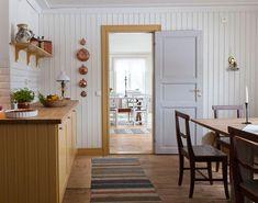 Ikeaskåpen i köket har målats varmt gula. Indian Home Decor, Retro Home Decor, Home Decor Store, Luxury Homes Interior, Home Interior Design, Interior Decorating, Interior Colors, Interior Ideas, Cheap Wall Decor