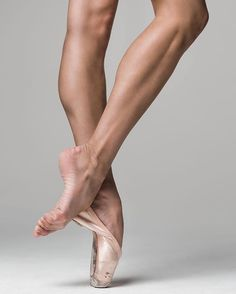 Mathilde Froustey of San Francisco Ballet Dancers Feet, Ballet Feet, Ballet Dancers, Ballerinas, Leg Reference, Anatomy Reference, Injured Pose Reference, Poses Modelo, Ballet Images