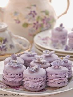 Macarons for Tea! Pink Piccadilly Pastries: Violet Macarons for Tea!Pink Piccadilly Pastries: Violet Macarons for Tea! Plat Vegan, Macaron Cookies, French Macaroons, Afternoon Tea Parties, High Tea, Cookies Et Biscuits, Cupcake Cakes, Rose Cupcake, Tea Cakes