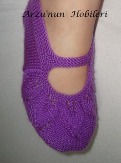 This Pin was discovered by Zek Doll Patterns, Embroidery Patterns, Knitting Patterns, Knitted Slippers, Crochet Slippers, Knitting Socks, Baby Knitting, Crochet Crafts, Knit Crochet
