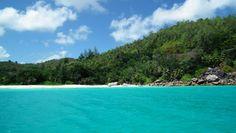 Islas de Seychelles.  Playa AnseLazio, Praslin (Islas Seychelles). AnseLazioes una playa situada en el noroeste de la Isla de Praslin y está considerada como una de las mejores playas de Praslin, y una de los mejores en el archipiélago. La playa está rodeada por grandes rocas de granito. Sin embargo, AnseLazio no está protegida por un arrecife de coral, como otras playas de las Seychelles si los están. Seychelles Beach, Seychelles Islands, Port Elizabeth, Casablanca, Cape Town, Marrakech, Delta Do Okavango, Monte Kilimanjaro, Island Life