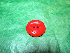 """(1) 7/8"""" TIERED COLT RED PLASTIC 2-HOLE BUTTON - VINTAGE Lot#GB338"""