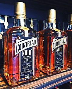 Connaissez-vous le Cointreau Noir ? C'est un assemblage de liqueur d'oranges @cointreau et de Cognac @remymartin ! Se déguste pur, ou en cocktails... à consommer avec modération, et à retrouver au @carre.anjou !  #Anjou #jaimelanjou #loirevalley #maineetloire #valdeloire #cointreau #orange #liqueur #cognac #RémyMartin #drink #instadrink #cocktails #cointreaunoir #lecarrédanjou #Angersémoi