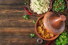 The post Marokkaanse kip-pompoen-schotel appeared first on kampvuurkok. Rustic Wooden Table, Dutch Oven, Couscous, Serving Bowls, Pumpkin, Salad, Fresh, Dishes, Tableware