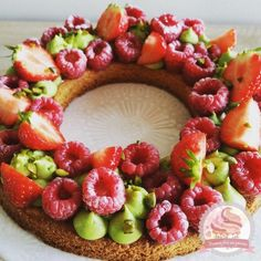 Pistachio, Raspberry and Strawberry Tart Desserts With Biscuits, Köstliche Desserts, Delicious Desserts, Dessert Recipes, Yummy Food, Tart Recipes, Sweet Recipes, Cooking Recipes, Number Cakes