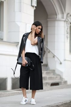Frühlingslook mit Zara-Lederjacke und A. Halbmond-Tasche Spring look with Zara leather jacket an Black Cullotes Outfits, Cullotes Outfit Casual, Black Culottes Outfit Casual, Culottes Outfit Summer, Autumn Fashion Curvy, Look Fashion, Chic Outfits, Spring Outfits, Fashion Outfits