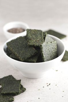 Hacer crackers en un deshidratador es facilísimo. Pueden ser una alternativa saludable al pan y son perfectas para acompañar dips, patés vegetales o hummus.