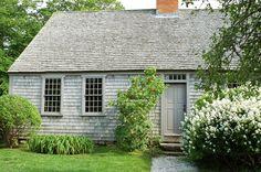 I Heart New England: Martha's Vineyard (Part I)! Saltbox Houses, Old Houses, Gray Houses, New England Homes, New England Style, Cape Cod Cottage, Cottage Homes, Historic Homes, House Painting