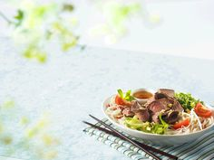 Vietnamese Flank Beef Steak with Noodle Salad - Canadian Beef Healthy Noodle Recipes, Salad Recipes, Easy Recipes, Wok, Beef Flank, Chili, Pak Choy, Beef Salad, Dressings
