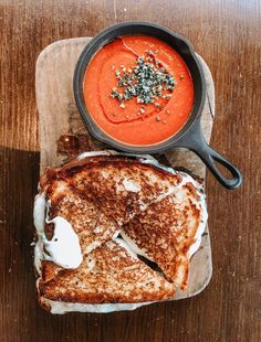 good ol' grilled cheese & tomato bisque Soup Appetizers Soup Appetizers dinners carb Soup Appetizers Appetizers with french onion Think Food, I Love Food, Good Food, Yummy Food, Tasty, Food Porn, Soup Appetizers, Appetizer Recipes, Food Goals