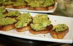 Crostini con salsa di avocado - I crostini con salsa di avocado sono un antipasto davvero gustoso che si preparare velocemente. Bastano un mixer e gli ingredienti giusti e la ricetta è pronta per un aperitivo con gli amici improvvisato.