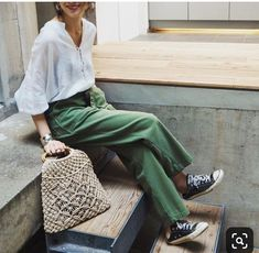 Green pants are seriously chic fashion staples that must be incorporated into your wardrobe capsule this season. Get inspired with these green pants outfits! Fashion Mode, Fashion 2018, Star Fashion, Look Fashion, Trendy Fashion, Fashion Spring, Ootd Spring, Woman Fashion, Fashion Online