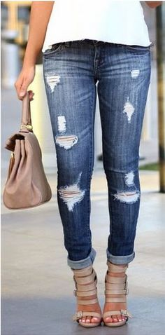 Distressed jeans, instantly makes your outfit more casual Outfit Jeans, Zerfetzte Jeans, Moda Jeans, Ripped Jeans, Skinny Jeans, Jeans Heels, Jean Outfits, Casual Outfits, Summer Outfits
