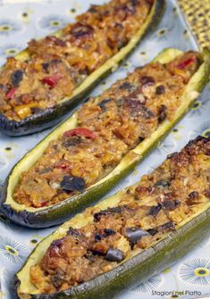 Tasty vegetarian stuffed zucchini, light and delicious, they are suitable for everyone and are a perfect idea for a second summer dish, but they can also be served as a delicious appetizer! Discover our recipe! Best Dinner Recipes, Raw Food Recipes, Veggie Recipes, Vegetarian Recipes, Cooking Recipes, Antipasto, Menu Dieta, Summer Dishes, Yummy Appetizers