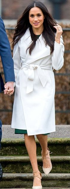 This season, try rocking a winter white coat like Jennifer Lopez and Meghan Markle. Meghan Markle Coat, Meghan Markle Outfits, Meghan Markle Style, Meghan Markle Prince Harry, Prince Harry And Megan, White Winter Coat, White Coats, Stylish Outfits, Fashion Outfits