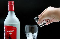 How to Make Low‐Calorie Vodka Drinks. Many people choose vodka when they want to drink liquor, and there are nearly as many types of vodka cocktails out there as people who drink them. Vodka Cocktails, Cocktail Drinks, Fun Drinks, Yummy Drinks, Alcoholic Drinks, Beverages, Low Calorie Vodka Drinks, Cocktail Recipes, Smoothie Drinks