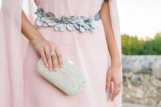 Vestido con capa Dresseos accesorios invitadas Verdemint cinturon hojas plata… Hijab Fashion, Runway Fashion, Fashion Outfits, Womens Fashion, Fasion, Diy Belts, Wedding Belts, Leather Projects, Occasion Wear