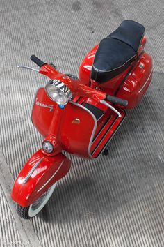 """The Vespa is a line of scooters patented on April 1946 by the company Piaggio & Co, S. The name Vespa, which means """"wasp"""" in Italian, was chosen by Enrico Piaggio. Vespa Vbb, Piaggio Vespa, Lambretta Scooter, Scooter Motorcycle, Vespa Scooters, Ducati, Yamaha R1, Vintage Vespa, Triumph Motorcycles"""