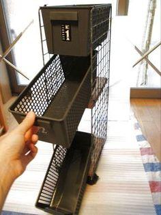 おうちの中に気になる「すき間」はありますでしょうか。わが家にはあります。 キッチンに、リビングにも。 上の写真は冷蔵庫横の微妙な「すき間」です。 そんな「すき間」を素敵に利用したく、おしゃれなすき間収納を考えていました。 そんな中、キャン★ドゥでおしゃれなグレーの収納ケースを発見♪それを利用しました! 収納ケースって今まで白か黒しか見たことがなかったのですが、グレーって、、、\(◎o◎)/!とってもおしゃれなんです! 次に行ったらもっと買い揃えたいと思います(^O^)