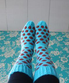 Pesä puussa: Palloneulesukat ja kääntölapaset Knitting Socks, Knit Socks, Mittens, Knit Crochet, Footwear, Fashion, Patterns, Tutorials, Fingerless Mitts