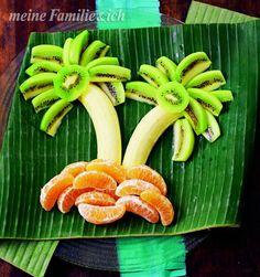Sommerpalme: Um Kinder zum Obstessen zu bewegen kann man es in witzige Figuren legen, wie die Bananen, Kiwis und Mandarinenspalten auf diesem Bild burdafood.net/Jan-Peter Westermann http://www.daskochrezept.de/meine-familie-und-ich