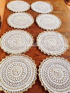 Sousplat de crochê para pratos, feito com fio duplo Camila Fashion.