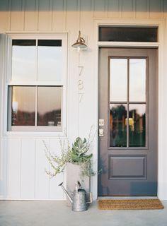 70 Best Modern Farmhouse Front Door Entrance Design Ideas 57 – Home Design Modern Exterior, House Entrance, American Farmhouse, Exterior Design, New Homes, Farmhouse Front Door, Modern Farmhouse Exterior, Modern Farmhouse, Farmhouse Exterior Colors