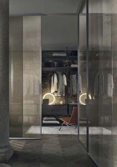 Velaria sliding doors with brushed lead structure and bronze net glass. Zenit walk-in closet with brown aluminium uprights, castoro regenerated leather and coal larch melamine accessories. Sliding Door Systems, Sliding Doors, Sliding Panels, Modern Interior, Interior Architecture, Interior Design, Closet Doors, Walk In Closet, Villa Luxury