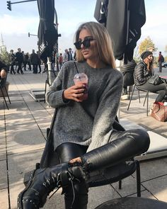 Fashion and Clothing's A imagem pode conter: 1 pessoa Women's Work Jeans By Dickies There is nothing Military Boots Outfit, Biker Boots Outfit, Combat Boot Outfits, Winter Boots Outfits, Outfits With Hats, Fall Fashion Outfits, Edgy Outfits, Mode Outfits, Look Fashion