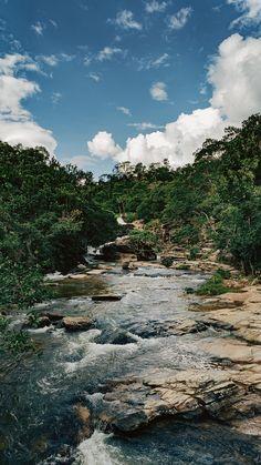 Wallpaper para celular do ribeirão na Cachoeira da Usina Velha em Pirenópolis-GO! Lugar super acessível e tranquilo para toda família, veja mais no link.  #background #pirenopolis