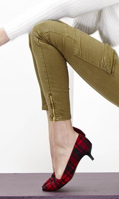 Kitten heel pump with a pointed toe and stacked heel. Adorable.