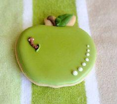 Un biscuit en forme de pomme... avec un p'tit ver tout mignon qui la croque cc @Atypik_Gourmand
