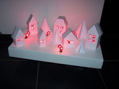 Tuto: un village de noël illuminé! Natural Christmas, Christmas Home, Putz Houses, Glitter Houses, Paper Houses, Birthday Candles, Triangle, Small Houses, Tutorial