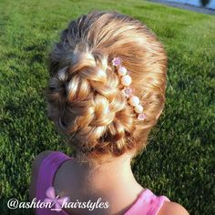 A loose braided updo with a beautiful hair accessory from goudhaartje.nl