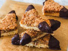 Nussecken – nach Oma's Rezept! Chocolates, Baking Recipes, Vegan Recipes, Rice Recipes For Dinner, Vegetable Drinks, Healthy Eating Tips, Summer Desserts, Summer Drinks, Health Desserts