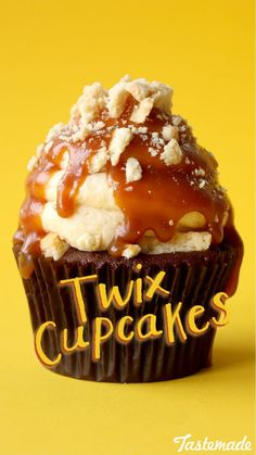 Cupcakes Your favorite candy bar just became your favorite cupcake.Your favorite candy bar just became your favorite cupcake. Twix Cupcakes, Fancy Cupcakes, Yummy Cupcakes, Cake Cookies, Shortbread Cookies, Twix Cake, Cupcake Recipes, Baking Recipes, Dessert Recipes