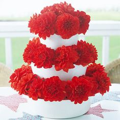 Table Setting: Flower Tower For a fresh and fun Fourth of July centerpiece, stack three graduated containers and fill with florist's foam. Pour water over the foam and let it absorb. Stick bright and festive flowers, such as dahlias, into the foam. Simple Table Decorations, Picnic Decorations, 4th Of July Decorations, Dahlia Centerpiece, Flower Centerpieces, Flower Arrangements, Quinceanera Centerpieces, Simple Centerpieces, Wedding Centerpieces